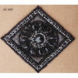ornement applique écusson empiècement avec perles noires serti métal brillant à coudre