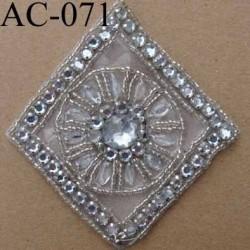 ornement applique écusson empiècement avec perles blanches et strass à coudre