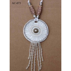 ornement décoration textile collier pectoral style indien couleur blanc