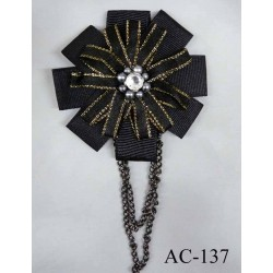 broche en tissu noir et doré chainette métal diamètre 7 cm