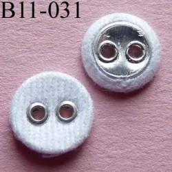 bouton 11 mm recouvert de tissu couleur blanc 2 trous sertis métal  diamètre 11 mm