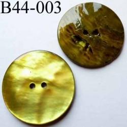 bouton  diamètre 44 mm  en nacre couleur jaune  2 trous diamètre 44 mm
