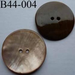 bouton  diamètre 44 mm  en nacre couleur brun 2 trous diamètre 44 mm