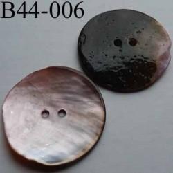 bouton  diamètre 44 mm  en nacre couleur parme 2 trous diamètre 44 mm