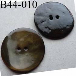 bouton  diamètre 44 mm  en nacre couleur vert  2 trous diamètre 44 mm