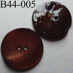 bouton  diamètre 44 mm  en nacre couleur marron 2 trous diamètre 44 mm