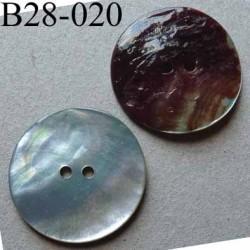 bouton diamètre 28 mm en nacre couleur bleu pâle  2 trous diamètre 28 mm