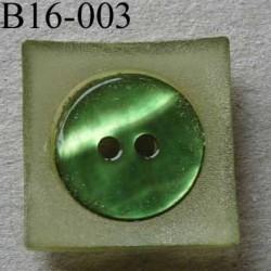 bouton carré diamètre 16 mm en nacre et résine couleur vert  2 trous diamètre 16 mm