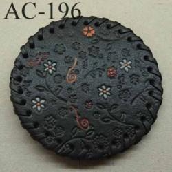 boucle de ceinture ronde diamètre 8 cm en cuir noir avec motifs floraux incrustés et peints