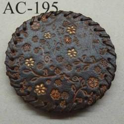 boucle de ceinture ronde diamètre 8 cm en cuir marron avec motifs floraux incrustés et peints