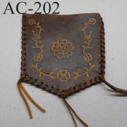 empiècement blason plastron en cuir marron avec motifs floraux incrustés pour maroquinerie ou customisation