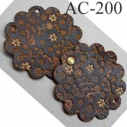 empiècement blason plastron en cuir marron avec motifs floraux incrustés et peints pour maroquinerie ou customisation