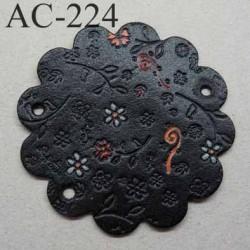 empiècement blason plastron en cuir noir avec motifs floraux incrustés et peints pour maroquinerie ou customisation