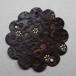 empiècement blason plastron en cuir marron foncé avec motifs floraux incrustés et peints pour maroquinerie ou customisation