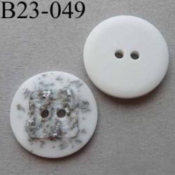 bouton fantaisie 23 mm  pvc couleur blanc et argenté en relief effet granit  2 trous diamètre 23 millimètres