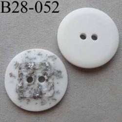 bouton fantaisie 28 mm  pvc couleur blanc et argenté en relief effet granit  2 trous diamètre 28 millimètres