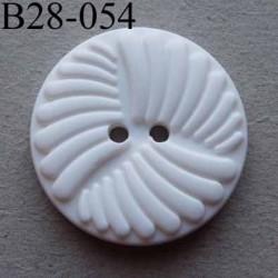 bouton 28 mm  couleur blanc avec décoration en relief  2 trous  diamètre 28 millimètres