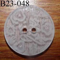 bouton fantaisie 23 mm  couleur blanc translucide avec motifs floraux en relief ton sur ton  2 trous  diamètre 23 millimètres