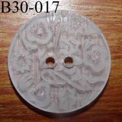 bouton fantaisie 30 mm  couleur blanc translucide avec motifs floraux en relief ton sur ton  2 trous  diamètre 30 millimètres