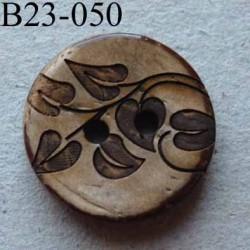 bouton fantaisie 23 mm  couleur marron foncé imitation bois avec motifs floraux  2 trous  diamètre 23 millimètres