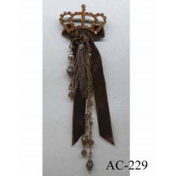 broche en tissu velour marron avec chainette métal et perles coiffée d'une couronne en strass (largeur 5 cm) longueur 20 cm