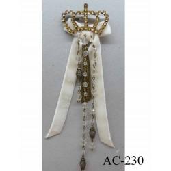 broche en tissu velour crème avec chainette métal et perles coiffée d'une couronne en strass (largeur 5 cm) longueur 20 cm