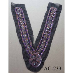 applique d'encolure empiècement ornement sequins métal et perles violettes broderie laine orange et violette