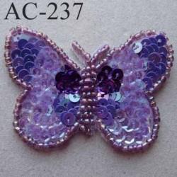ornement applique écusson empiècement PAPILLON avec perles et sequins mauves violets à coudre