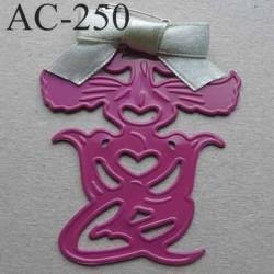 broche ETRANGE PERSONNAGE en métal avec ruban bleu gris montée sur une épingle couleur rose hauteur 63 mm largeur 50 mm