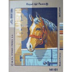 canevas 30X40 marque ROYAL PARIS thème cheval au box dimennsion 30 centimètres par 40 centimètres 100 % coton