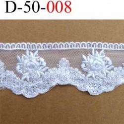 dentelle couleur blanc avec des perles blanches superbe provient d'une ancienne mercerie parisienne largeur 50 mm très belle