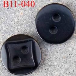 bouton diamètre 11 millimètres couleur noir brillant plus que sur la photo 2 trous décor carré incrusté diamètre 11 mm