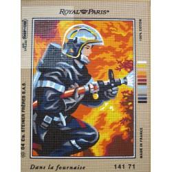 canevas 30X40 marque ROYAL PARIS thème pompier dans la fournaise dimension 30 centimètres par 40 centimètres 100 % coton