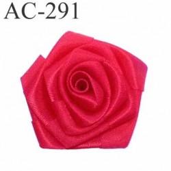 Ornement décor couture fleur une rose en tissus satiné brillant couleur rouge diamètre 5 centimètres épaisseur 2 cm superbe